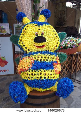The figure of a bee made of flowers