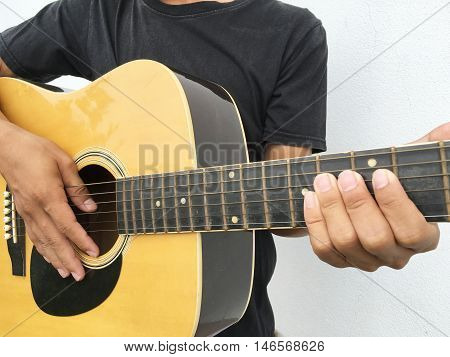 show to playing guitar with chord by hand