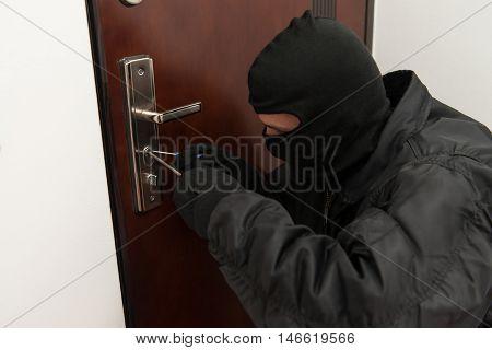 Robber Tries To Break In