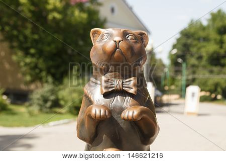 Sculpture Of A Cat In A Bow