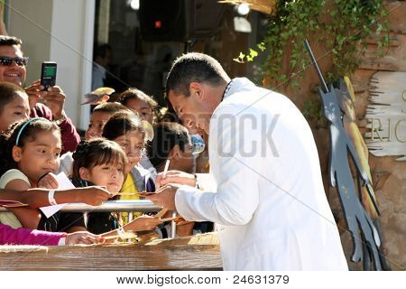 LOS ANGELES - OCT 23:  Antonio Banderas signs autographs at the