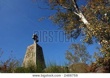 partisan monument in fontainebleau forest