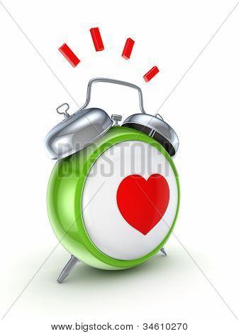 Reloj vintage con un corazón rojo.