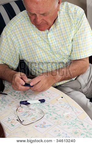 Homem idoso, teste seu nível de glicose