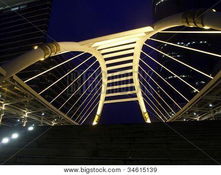 Schamhaare Himmelspfad mit modernen Gebäuden, Bangkok, thailand
