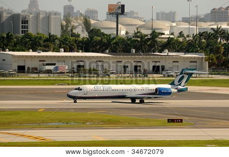 Air Tran Passenger Jet Departing Fort Lauderdale, Fl