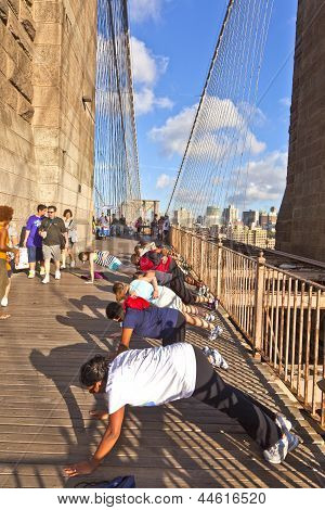 As pessoas exercem push-up na ponte de Brooklyn