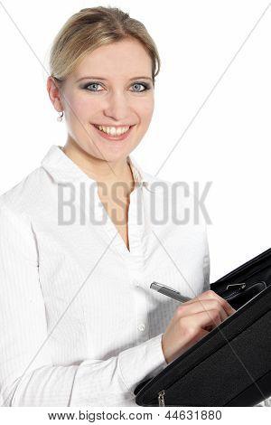 Glückliche junge Frau mit einem schönen Lächeln