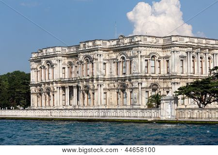 Istambul - Dolmabah�e Palace as seen from the Bosphorus