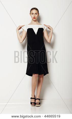 Minimalismo. Modelo mulher elegante em vestido de contraste confortável. Conforto