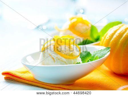 Eis. Hausgemachte Zitronen-Eiscreme Dessert