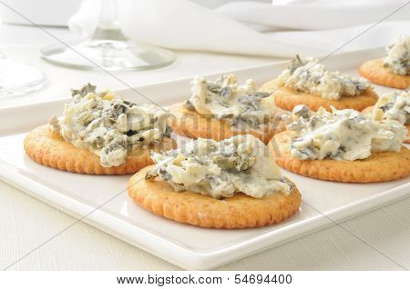 Crackers With Spinach Artichoke Spread