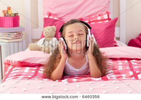 Linda garota ouvindo música com fones de ouvido