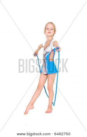 Chica joven con cuerda de deporte posando sobre blanco