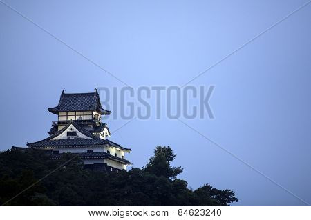 A castle outside Nagoya in Japan at dusk.