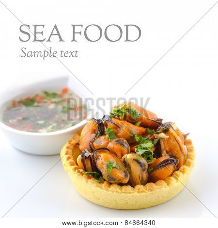 Mini tartlets with cooked seashell mussels