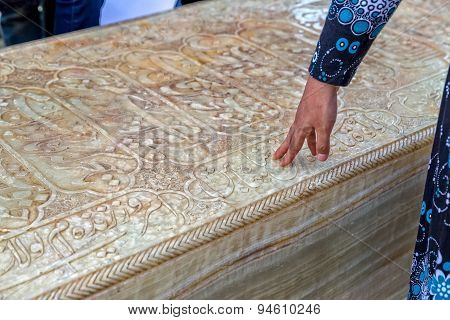Hafez Tomb hand touching