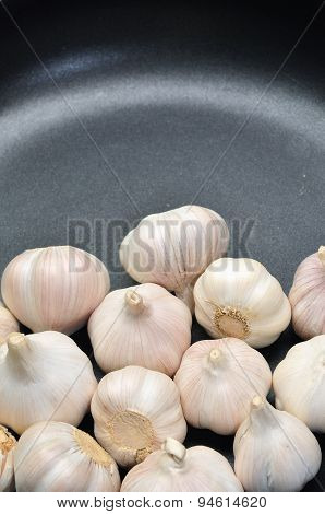 Garlic in the pan in the kitchen