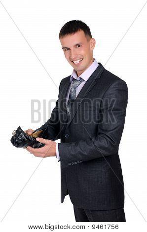 Hombre de negocios, mirando su billetera vacía