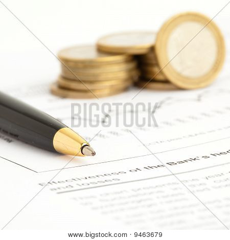 Caneta e moedas de euro