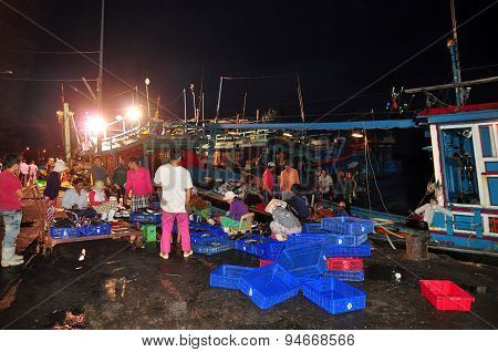 Nha Trang, Vietnam – February 21, 2013: Fishes Are Being Collected And Sorted Into Baskets Before Lo