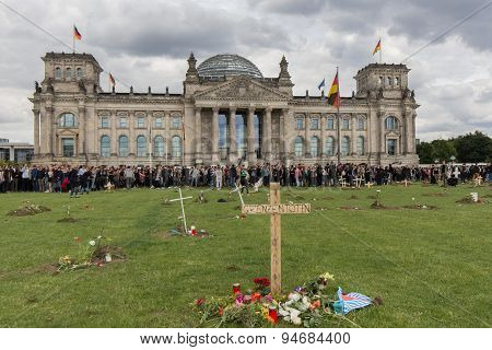 Graves in front of the german parliament.