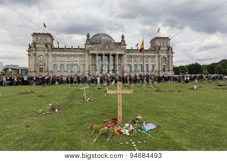 refugee graveyard in front of german parliament