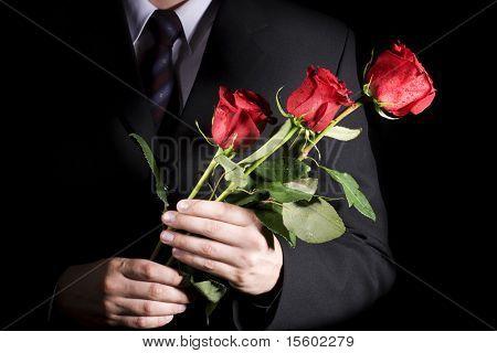 Hombre con rosas rojas