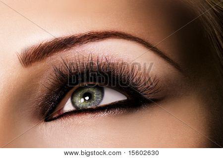 Olho verde com bela maquiagem