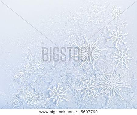 Flocos de neve em fundo de neve. Espaço para texto.