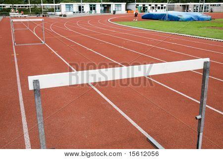 fila de obstáculos y pistas para una carrera de obstáculo