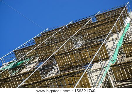 Extensive scaffolding providing platforms for stage structure support