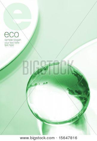 Globo de vidro em folha verde. Espaço para texto isolado na cor branco sólido.