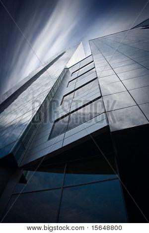 Detalle de modernos rascacielos. Cielo psicodélico.