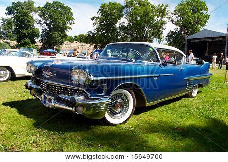 HAAPSALU, Estland - Juli 18: American Beauty Car Show, zeigt blau 1958 Cadillac Coupe De Ville, fr
