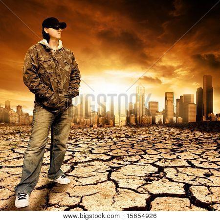 Männlich stehend auf rissige Erde vor einer Stadt