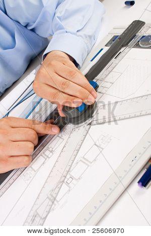 Architekt Baupläne im Büro arbeiten