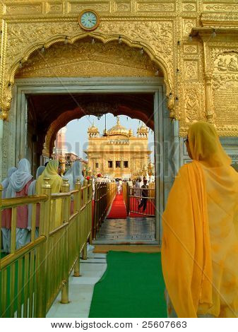Sikh ladies entering the Golden Temple, amritsar, india