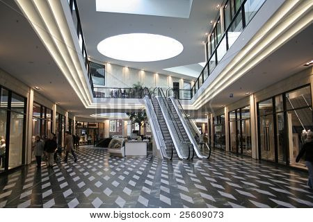 Shopping Mall und Rolltreppen
