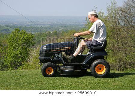 homem sentado em um cortador de grama