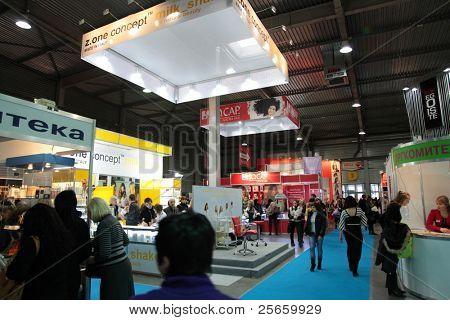 KIEV, Ucrania - 9 de FEB: Exposición internacional de perfumería y cosméticos