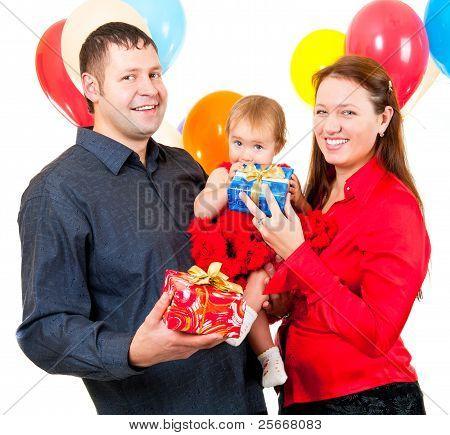 Los padres celebran el cumpleaños de su hija