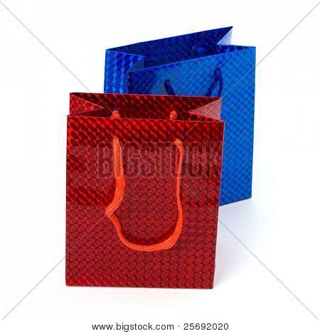 Bolsas de regalo festivo brillante aislados sobre fondo blanco