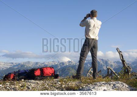 Montañero mirando a través de cristales de campo