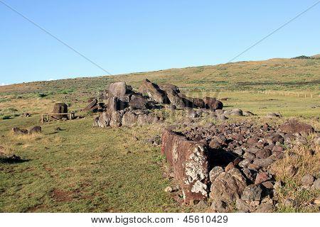 Ahu Vinapu plataforma con moui caído en la isla de Pascua, Chile