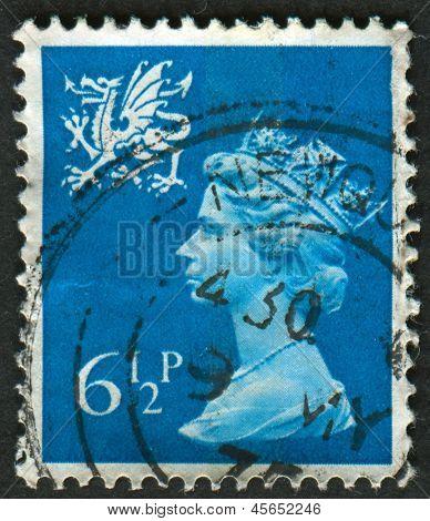 UK-CIRCA 1976: un sello impreso en Reino Unido muestra imagen de Elizabeth II es el monarca constitucional de 16