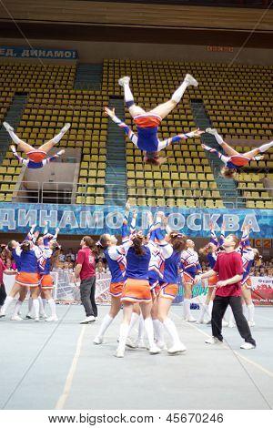Moscú - 24 de MAR: Los participantes del equipo de animadoras líder realizar durante el campeonato y concursos o