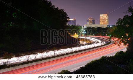 Greenville (South Carolina) Skyline über den Verkehrsfluss auf Interstate 385.
