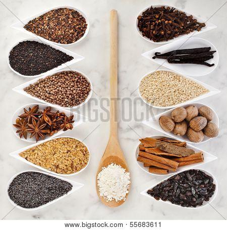 Постер, плакат: Рамки из семян различных специй в блюда белого фарфора на мраморные фон, холст на подрамнике