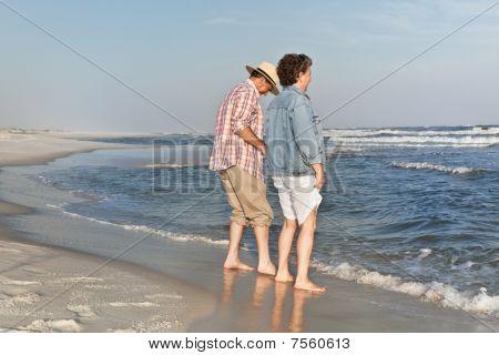 paar waten am Strand